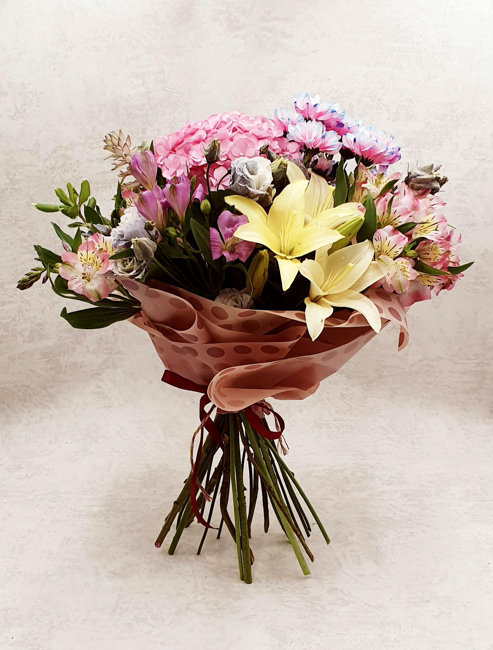 Rožinių gėlių puokštė su lelija