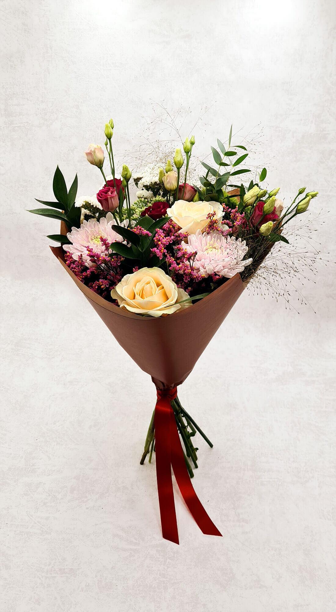Rožės, chrizantemos ir eustomos